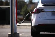 Un coche eléctrico recargándose.