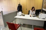 Mujer teletrabajando en una oficina