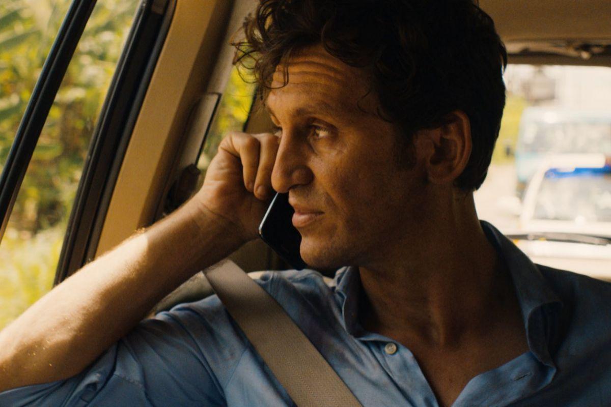 Carlos (Arévalo) es un alto ejecutivo que debe viajar a África para resolver un secuestro.