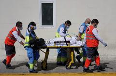 Sanitarios llevan una camilla con un paciente en Urgencias del Hospital 12 de Octubre.