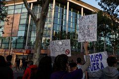 GRAF121. MADRID.- Asociaciones de vecinos protestan frente al Centro de Salud Ángela Uriarte en favor de la Sanidad Pública y contra los confinamientos selectivos, en el barrio de Puente de lt;HIT gt;Vallecas lt;/HIT gt;, este jueves en Madrid.