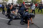 Tres detenidos y seis heridos tras disolver la Policía una concentración en Vallecas contra las restricciones de Ayuso
