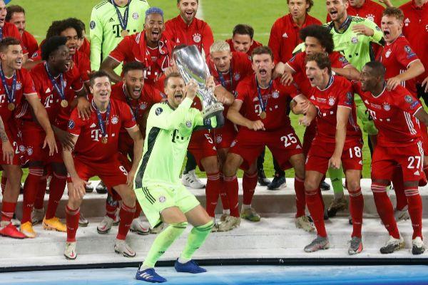 Soccer Football - European Super Cup - lt;HIT gt;Bayern lt;/HIT gt; Munich v Sevilla - Puskas Arena, Budapest, Hungary - September 24, 2020. lt;HIT gt;Bayern lt;/HIT gt; Munich's Manuel Neuer celebrates with the trophy and teammates after winning the European Super Cup Pool via REUTERS/Laszlo Balogh