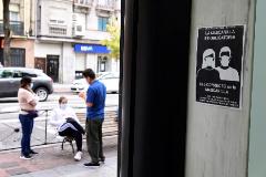 GRAF7164. MADRID.- Unos vecinos conversan en la Avenida de la Albufera en el distrito del Puente de Vallecas, junto a un cartel que recuerda el uso obligatorio de lt;HIT gt;mascarilla lt;/HIT gt;. Los vecinos de las zonas de la Comunidad de Madrid donde se controlarán las entradas y las salidas a partir del lunes han empezado a asumir ya que irán a un ritmo distinto al resto de la región para tratar de contener el avance del coronavirus, aunque en algunos casos sea simplemente por una calle de diferencia. Victor Lerena
