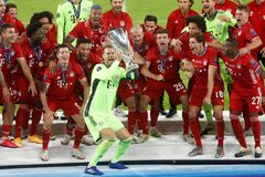 Soccer Football - European Super Cup - lt;HIT gt;Bayern lt;/HIT gt; Munich v Sevilla - Puskas Arena, Budapest, Hungary - September 24, 2020. lt;HIT gt;Bayern lt;/HIT gt; Munich's Manuel Neuer celebrates with the trophy and teammates after winning the European Super Cup Pool via REUTERS/Laszlo Balogh