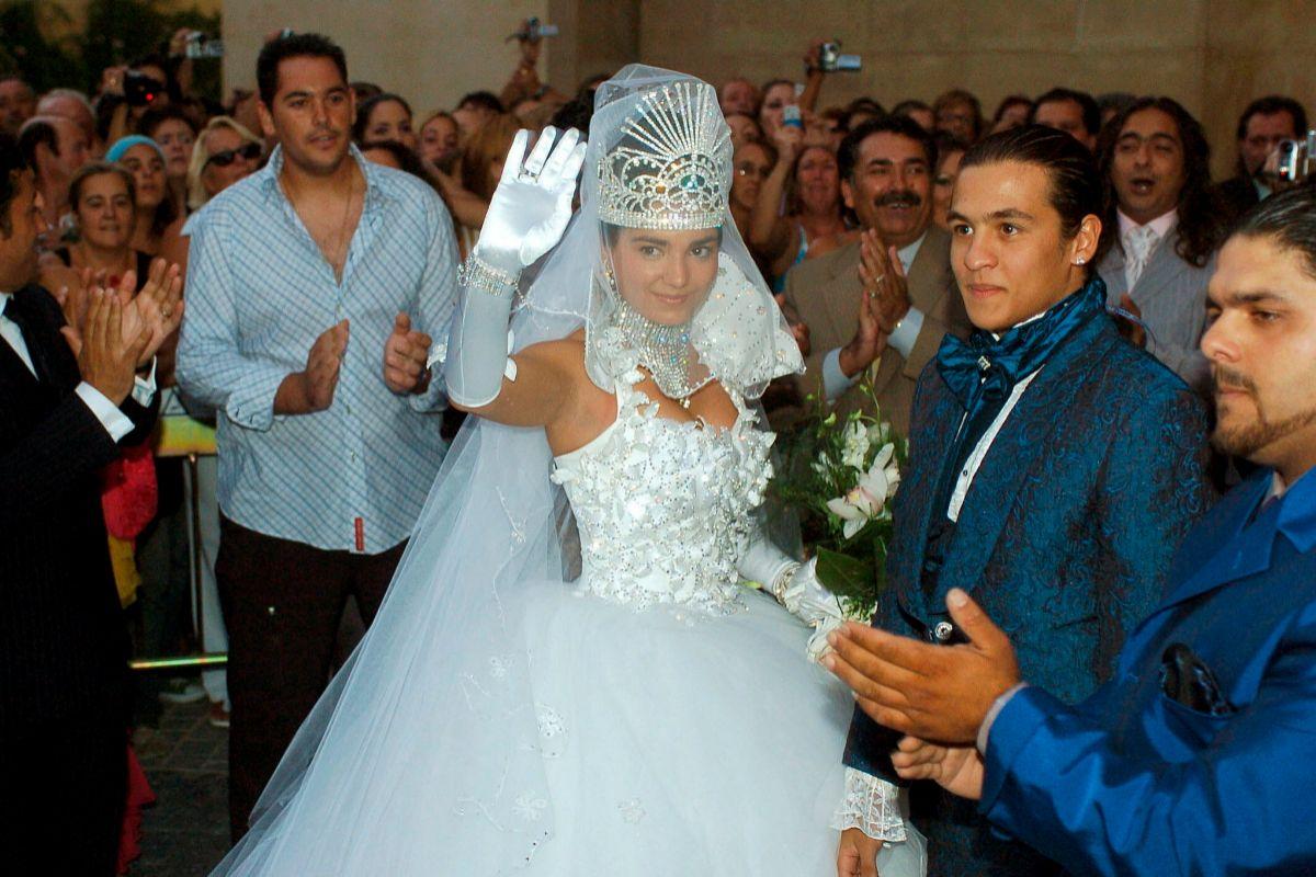 La novia, entrando al templo junto a su cuñado Farruco.