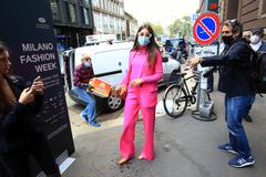 Una invitada llega a la Semana de la Moda celebrada esta semana en Milán.