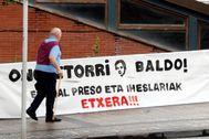 Una pancarta da la bienvenida al dirigente de ETA Baldo y pide el regreso a Euskadi de presos y huidos.