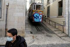 Una mujer con mascarilla, en Lisboa.