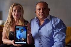 Marta Lucía Sandoval y Jairo Arcos, en su casa de Albacete, con una imagen de su hijo Ronald.