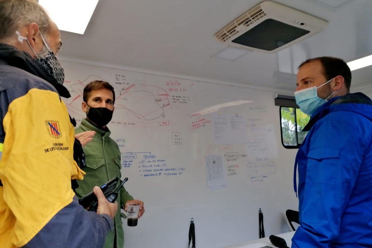 El conseller Miquel Mir y efectivos de Xarxa Forestal evalúan los daños.