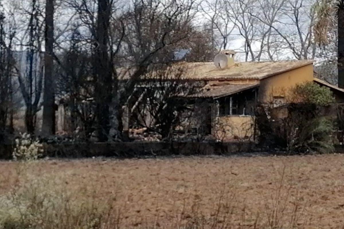 Casa dañada por las llamas.