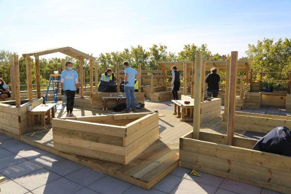 Jóvenes del  MIM Masters in Management del IE Business School durante la construcción.