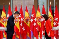 """-FOTODELDÍA- GRAF8489. MADRID.- La presidenta de la Comunidad de Madrid, Isabel Díaz lt;HIT gt;Ayuso lt;/HIT gt;, y el presidente del Gobierno, Pedro lt;HIT gt;Sánchez lt;/HIT gt;, se saludan durante su comparecencia conjunta tras la reunión que ambos han mantenido y en la que han acordado la creación de un """"Grupo COVID-19"""" integrado por ambas administraciones que se reunirá semanalmente con el objetivo de coordinar y planificar las respuestas contra la pandemia."""