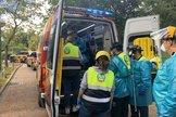 Miembros de Emergencias atienden a la cuidadora en el Zoo de Madrid.