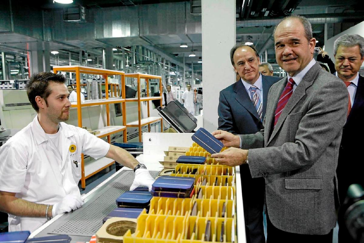 Chaves, durante una visita a la planta de Isofotón en Málaga con el entonces consejero Vallejo y Manzano, director general de la compañía.