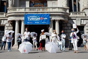 Guías turísticos se manifiestan frente al Ayuntamiento de Valencia para pedir más medidas frente al coronavirus.