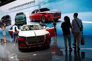 Varios visitantes pasean por el 'stand 'de la marca china FAW, que exhibe su modelo de lujo F9.