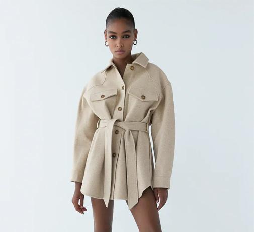 Sobrecamisa beis con cuello solapa y cinturón. Cuesta 39,95 euros y es de Zara.