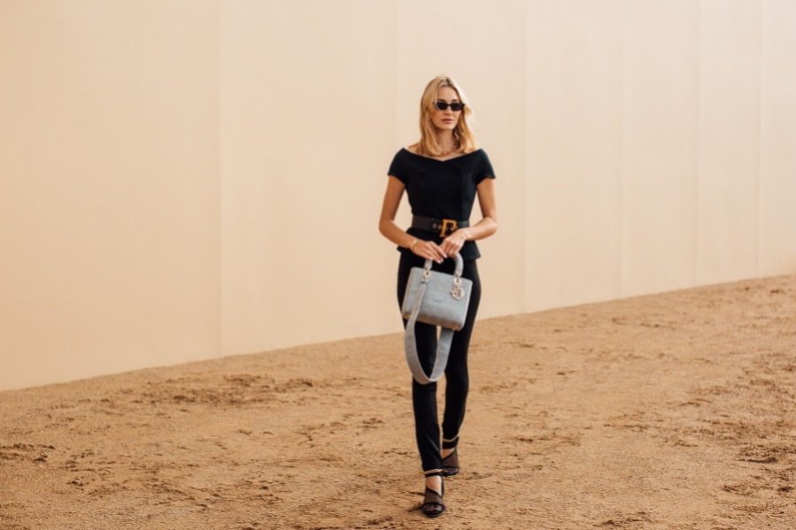 En el show de otoño-invierno 2020/21, de Dior, una de las invitadas mostró lo que ahora llaman un modelo recto, de color negro y que combina con bolso de la masion francesa y sandalias de Bottega Veneta que anuda al tobillo.