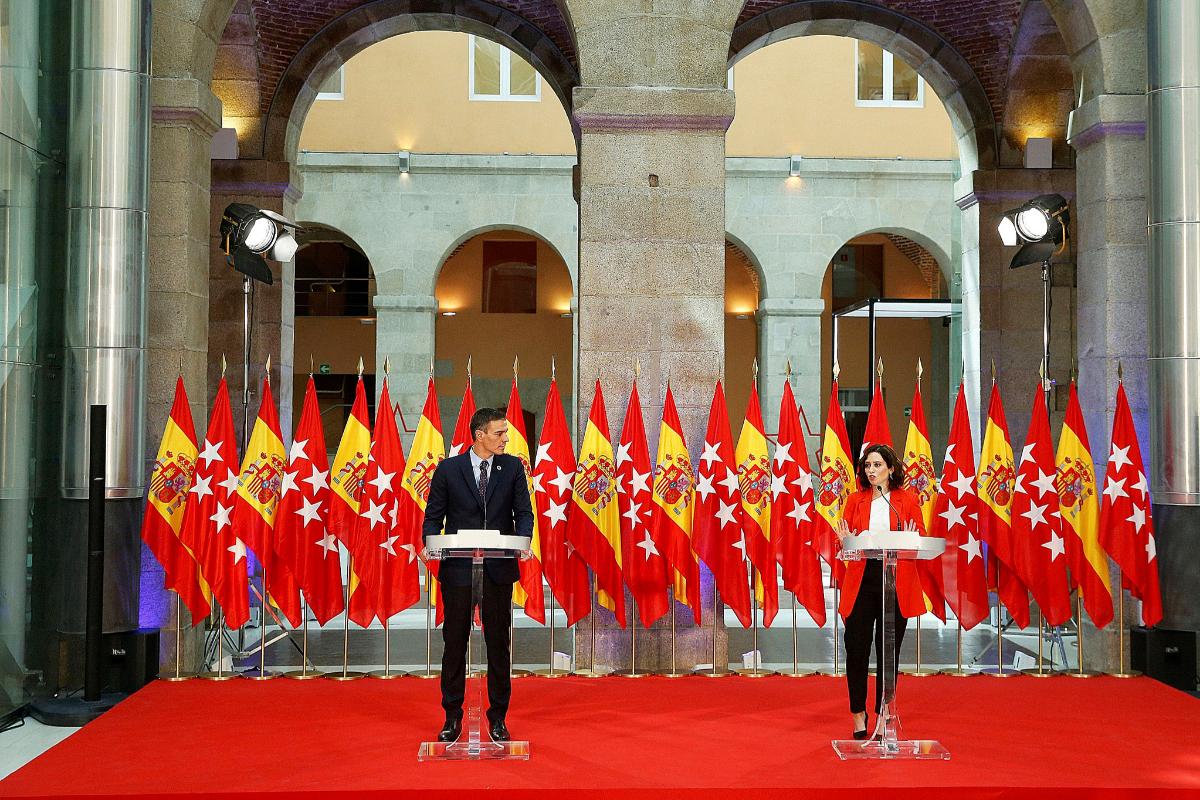 Pedro Sánchez e Isabel Díaz Ayuso, delante de las banderas. EMILIO NARANJO / EFE