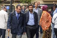 El abogado Ruiz de Erenchun con traje y corbata acompaña a su cliente José María Martínez durante la vista oral del 'caso Gaztelueta'.