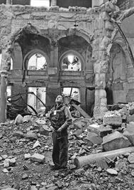 Goytisolo en la biblioteca destruida de Sarajevo, en 1993.