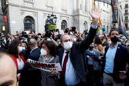 Quim Torra, junto a su mujer, este lunes, delante del Palau de la Generalitat después de hacerse pública su inhabilitación.