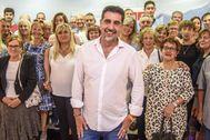 Juan Manuel González junto a los militantes socialistas que le avalaron como aspirante del PSE-EE a diputado general de Bizkaia.