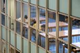 Estudiantes en la biblioteca de la Escuela de Ingenieros de Sevilla, el primer día del comienzo del curso