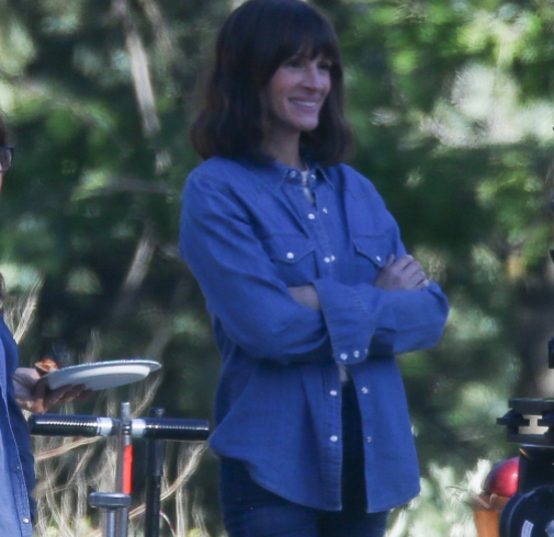 La actriz Julia Roberts en la primera temporada de 'Homecoming' con melena midi y flequillo, dos elixires capilares antiedad.