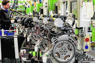 Un  operario en la fábrica valenciana de motores de Ford.