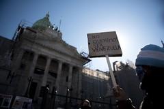 Manifestantes protestan ante el Parlamento argentino.