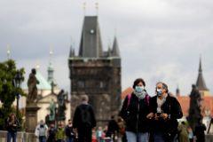 Gente con mascarillas pasea por el Puente de Carlos en Praga.