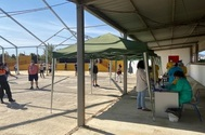 Vecinos de la localidad sevillana de Casariche se someten al cribado masivo de test de coronavirus.