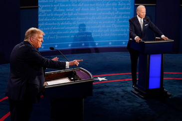 Cleveland (United States), 30/09/2020.- US President Donald lt;HIT gt;Trump lt;/HIT gt; makes a points as Democratic presidential candidate Joe Biden listens during the first Presidential Debate at the Case Western Reserve University and Cleveland Clinic in Cleveland, Ohio, 29 September 2020. It is the first of three scheduled debates between US President Donald lt;HIT gt;Trump lt;/HIT gt; and Democratic presidential candidate and former Vice President Joe Biden. (Estados Unidos) EFE/EPA/Morry Gash / POOL
