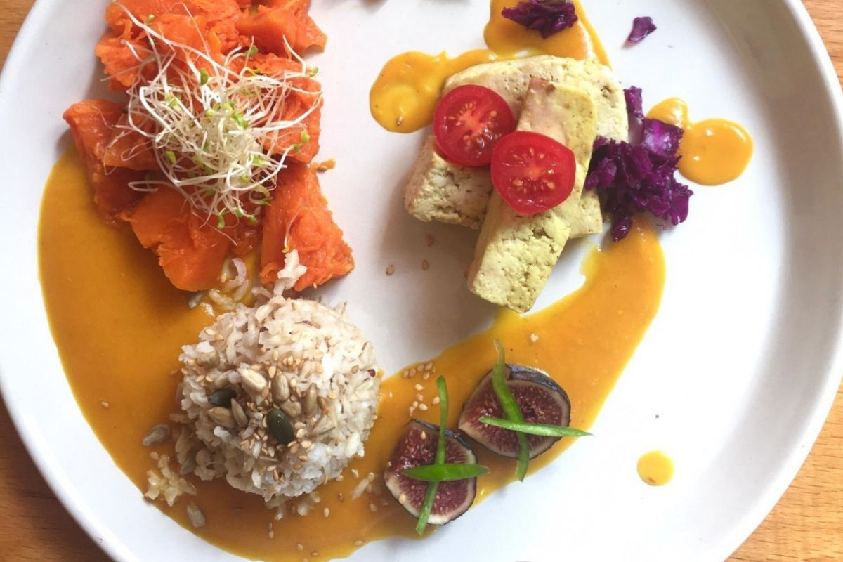Plato del menú vegetariano de La Biótika: arroz basmati integral y semillas, con tofu al jengibre y calabaza horneada.