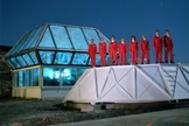 Varios candidatos a entrar en 'Biosfera 2' posan frente a las instalaciones.