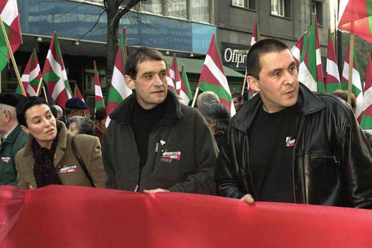 'Josu Ternera', flanqueado por los dirigentes de EH Josu Goirizelaia y Arnaldo Otegi en una manifestación en 2001.