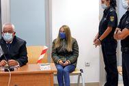 Conchi, en el banquillo, custodiada por dos agentes de la Policía Nacional.