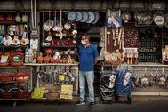 Un vendedor a las puertas de su comercio en Valencia.