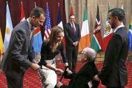 Los reyes, Felipe y Letizia, saludan a Quino en 2014 en la gala de los Premios Príncipe de Asturias.