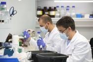 Investigadores trabajan en las instalaciones de una nueva factoría de la empresa Algenex dedicada a la producción de vacunas.