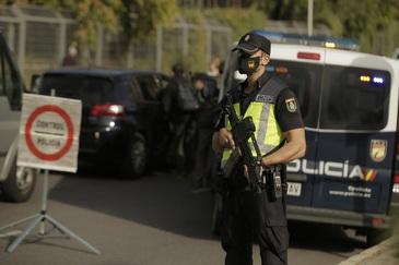 Un policía en un control en el distrito madrileño de Usera por las medidas de restricción del Covid-19.