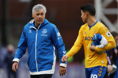 Ancelotti camina junto a James antes del partido ante el Crystal Palace.