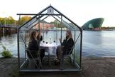 Un restaurante prueba mamparas contra el coronavirus en Ámsterdam.
