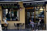 Unos clientes toman café en una terraza de Madrid