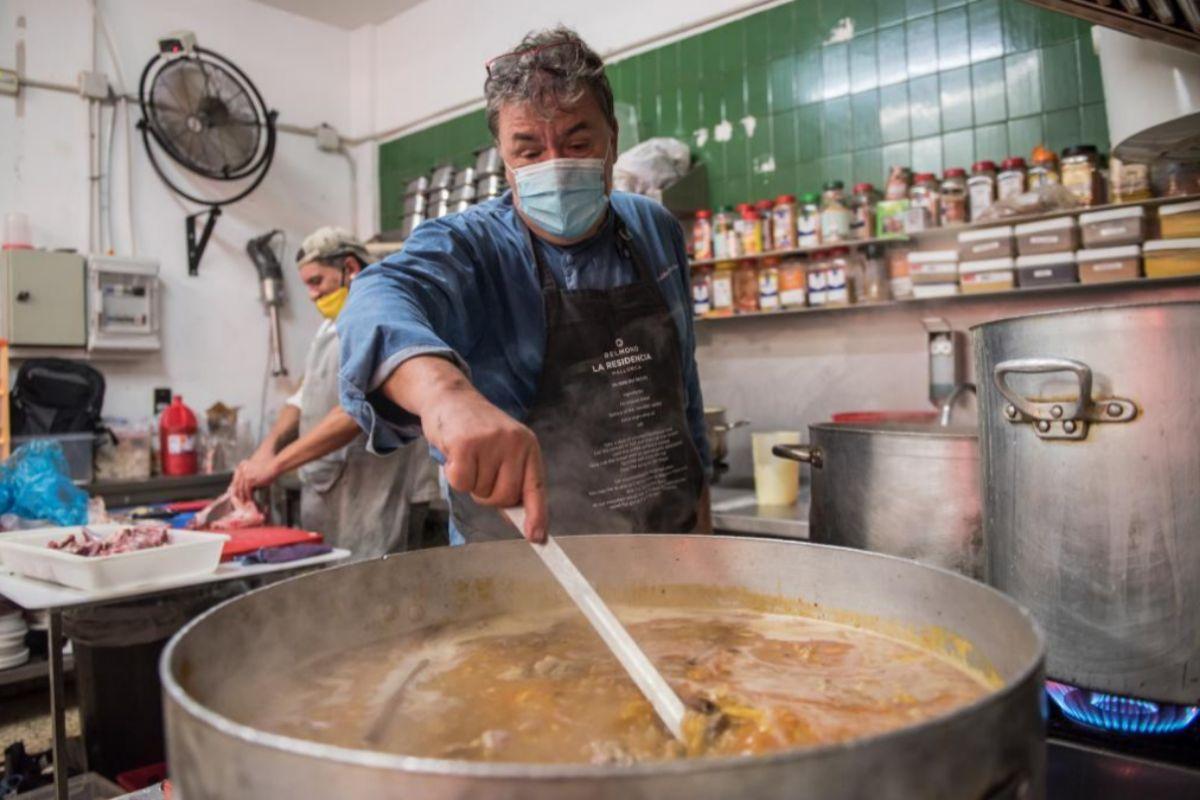 Koldo Royo, en la cocina del comedor social Tardor.