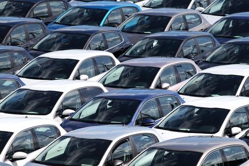 Varios coches nuevos recién salidos de fábrica.
