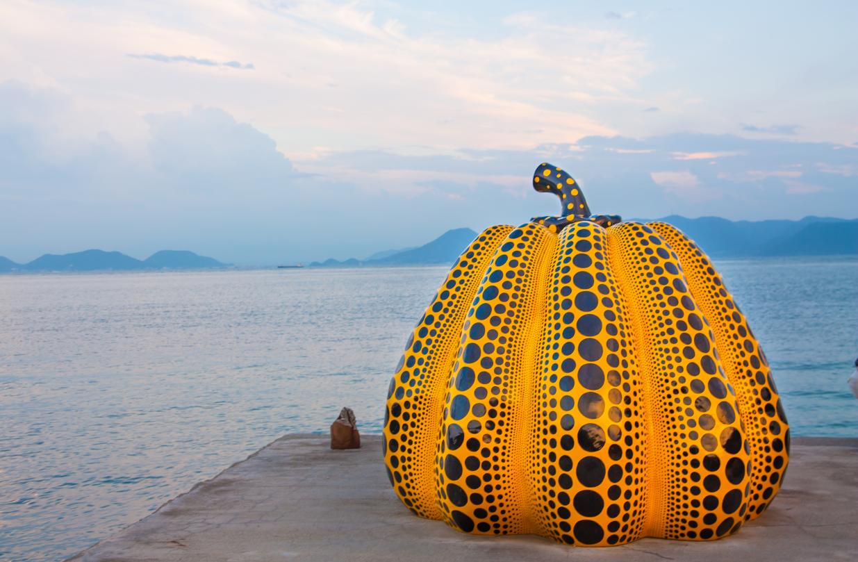 La calabaza es uno de los objetos más recurrentes en sus obras, como esta escultura exhibida en la isla Naoshima (Japón), en 2014.